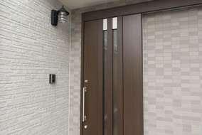 人気の引き戸の玄関戸へと交換。