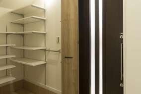 収納たっぷりの造作のシューズクローク。可動棚になっているので、持ち物に合わせて変更可能。