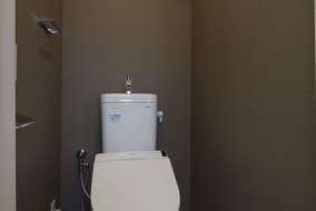 トイレ内のクロスはシックなクロスを張っています。
