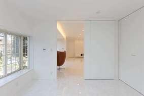 寝室とリビングの扉は横幅1M30㎝の大きな扉を使いました。