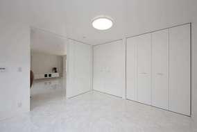 床材はタイル調のフローリングを張っています。大きな収納も設けています