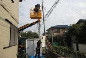 役割分担して効率よく作業します。 高所作業車も使い、電線もまとめ…
