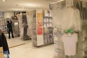 営業終了後、まずは作業中の商品保護として養生をします。