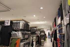 どの店舗も営業終了後から作業開始し、毎回養生からのスタートで、