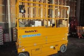 倉庫は天井が高いので、高所用の作業車を使います。