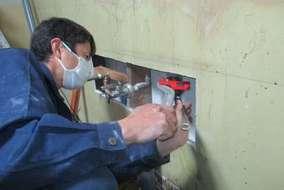 古いキッチンを解体し、水回りをつなげてからクロス張り、新しいシステムキッチンの据え付け。