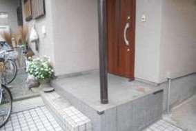 玄関柱とは、玄関にある庇を支えるポールの名称です。