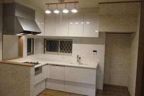使い勝手も考えつつ、作業スペースが広いL字型キッチン!収納もばっちりです。