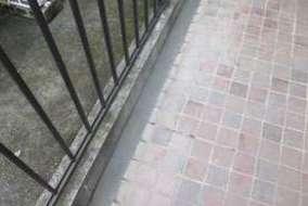 煉瓦を取り除き隙間をモルタルで埋め、足元を照らすスポットライトも明るさのトーンを調整しました。