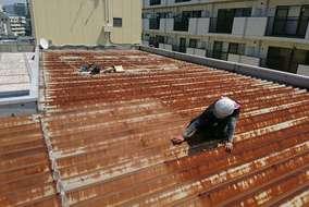 【ケレン作業】 ワイヤーブラシやペーパーなどを使用して、錆や埃を除去します。