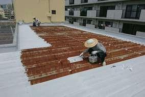 【錆止め】 屋根の腐食が酷い為、入念にたっぷりと錆止め塗料を塗布します。