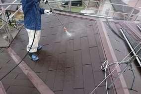 【屋根 高圧洗浄】 コケや埃をよく洗い流します。