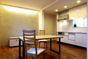 リビング壁には石を貼り、ライトアップすることで温かみのある食卓を演出。