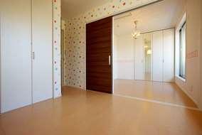 子供部屋の内装はお子さまの趣味に合わせてポップな壁紙に。自分好みの部屋の仕上がりにお子さまも大満足。