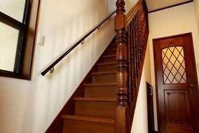 建具は建て替え前の家から移設した無垢材の扉です。床は花梨材です。
