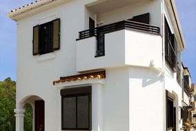 落ち着いた雰囲気の家の内部とは対照的に、外観は陽の光に映える白色をメインにして軽やかさを演出。