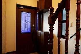 流麗さと力強さを併せ持つアーチは、家の顔として玄関部分にふさわしい品格を与えてくれる。