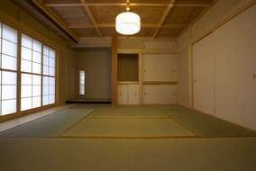 床の間もそなえた伝統的な和室をもつ家。