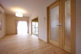 柱など構造体以外でも、ここでは床に檜(自然塗料仕上げ)を敷き詰め、壁面には珪藻土を使用。