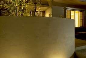 夜は左官壁に当たる光が温かみがあり、柔らかい光がきれいに映ります。