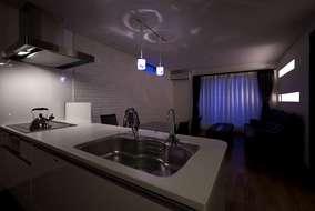 オープンキッチンの開放的なLDKを持つ小岩の家。