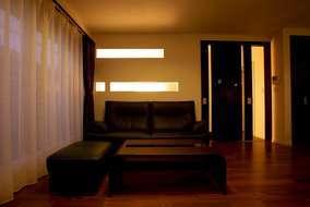 壁にはスリット窓を設け、日中はリビングに光が届くように。