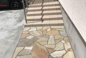 玄関アプローチは自然石仕上げ。様々な形、色幅があるのが魅力です。