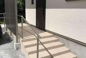 玄関正面にも目隠しフェンスを設置しております。