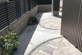 お庭は、自然石とピンコロ石で、印象的でエレガントな仕上がりとなりました。