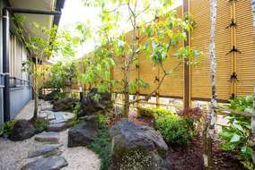 竹垣の内側は少しおちついた採光の日陰の庭となっています。