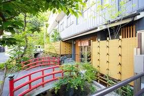 赤い欄干と緑、竹垣のコントラストがとても美しいです。