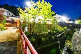 夜は屋内とライトアップの光で竹垣の隙間から漏れ出る光が幻想的です。