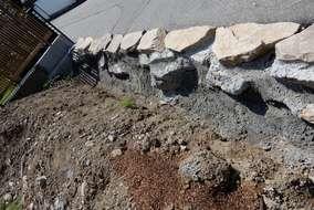 コンクリートでしっかりと土留めをします。