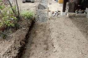 施行の様子   バックホー(ショベル)で雨受けのラインを掘り出します。