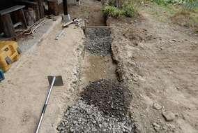 雨水が浸透しやすい様に砕石を敷き込みます。