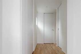 大谷石を貼った玄関。