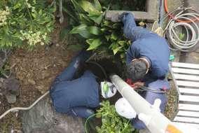 下にいる作業員がポールをお迎えして埋設します。