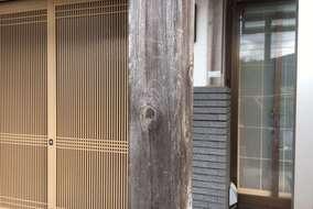 柱も往年の汚れカビにより黒ずんでます