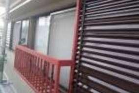 長い工程を経て外壁塗装完了。 鉄部の防錆処理が終わっている箇所を仕上げ塗装していきます