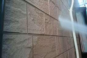 壁も水圧洗浄していきます。