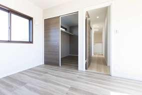 主寝室、廊下、両方から入れるウォークインクローゼット