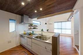 キッチンの天井はアカシア無垢材の自然塗料仕上げになります。