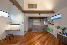 リビングの天井は勾配天井にして空間の広がりが感じられます。床材はケンパス無垢材を斜め張りにしています