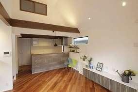 TV台は制作家具になっています!キッチン対面の壁は素材を変え色を付けています。エコカラットになります