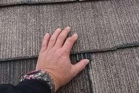 雨漏り防止作業として、タスペーサーを入れて縁を切ります。