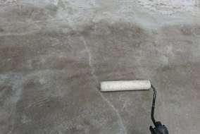 ベランダの床にシーラーを塗って防水工事を行っていきます!