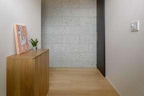 玄関を入ると大谷石の壁が来客者を迎い入れます。天井には間接照明を入れています。