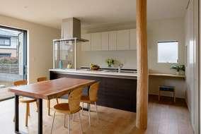 キッチンの横には家事コーナーがあります。椅子は藍染の布を座面に使った製作品。床柱もいい感じです。