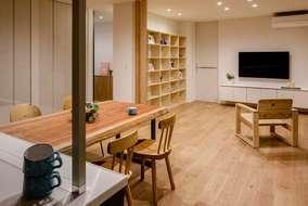 TV台・ソファー・棚は製作品になります。床材はブラックチェリー材になります。