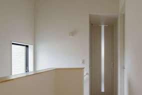2階の廊下は天井を勾配天井にして空間の広がりを感じさせています。